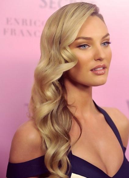 Lange blonde geschichtete Frisuren und Haarschnitte