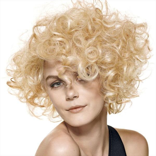 Attraktive mittlere lockige Frisuren 2017 für blonde Frauen