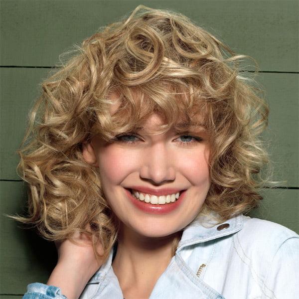 Glorious Medium Curly Frisuren für blonde Frauen Rounde Gesichter