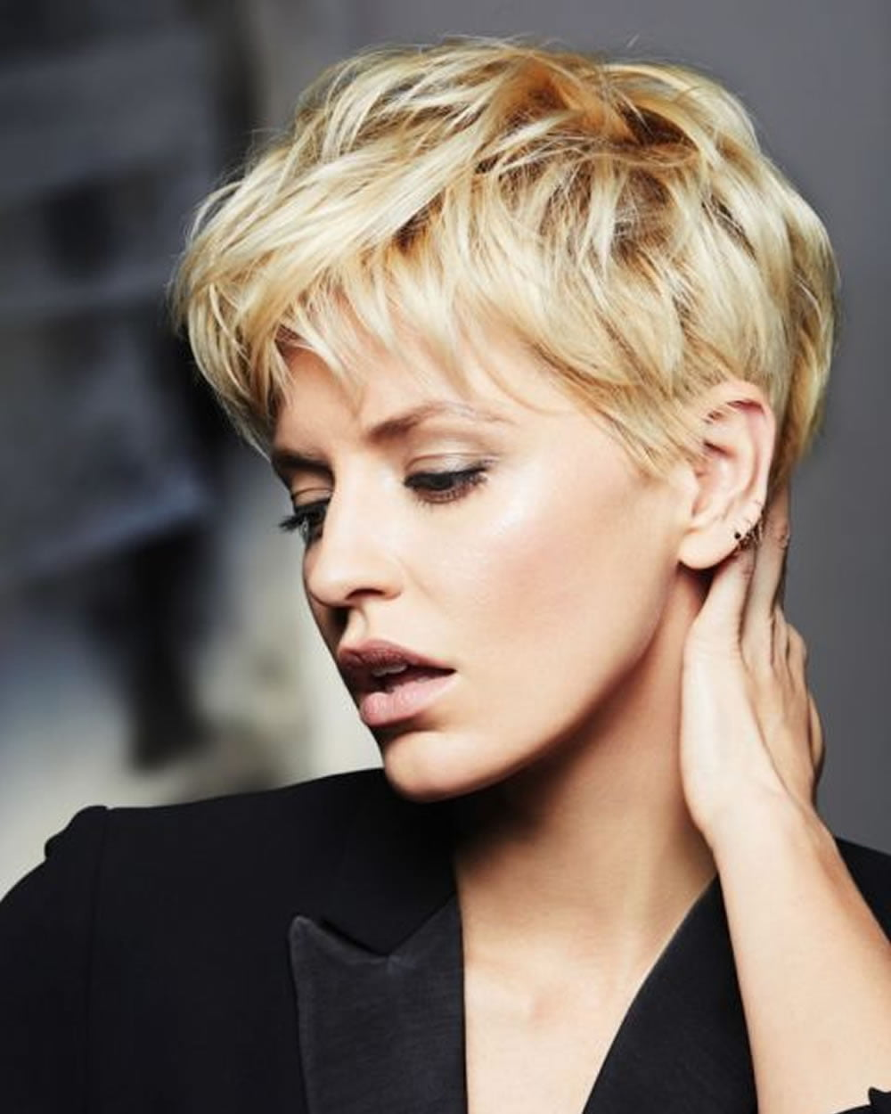 Short female haircuts for round faces